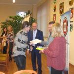 Anna Biedka odbiera nagrodę.